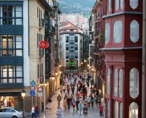 Bilbao País Vasco Euskadi 13-09-2013 Viandantes en Portal de Zamudio. Casco Viejo © FOTOGRAFO: MITXI