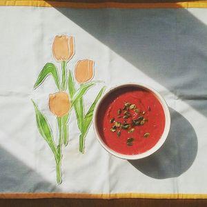gazpacho de remolacha sobre mantel de Lucía