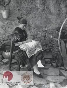 Alice D. Atkinson. Lagarterana que muestra su traje y sus trabajos de bordado. Lagartera (Toledo). 1930