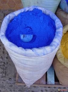 Un sac de pigment bleu à mélanger à la chaux pour colorer les maisons. http://www.visoterra.com