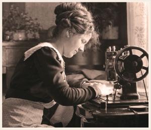 maquina-de-coser-antigua-vintage-mujer