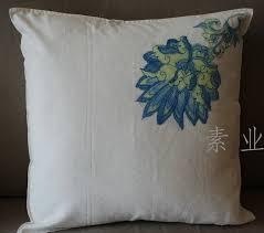 cojín flor azul