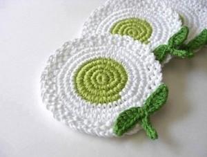 flores ganchillo posavasos verde y blanco