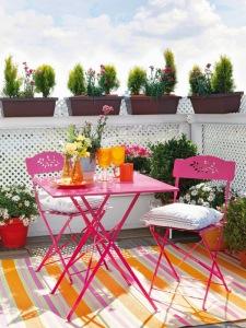 jardineras y sillas rosas