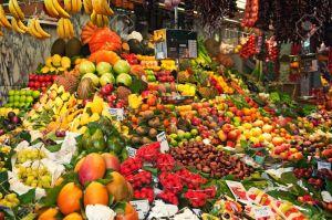 11230533-Fruta-colorida-y-puesto-en-el-mercado-de-verduras-en-el-mercado-de-la-Boquer-a-en-Barcelona--Foto-de-archivo