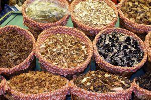 13689685-Barcelona-La-Boquer-a-Un-mercado-cubierto-de-pescado-carne-verduras-frutas-y-alimentos-de-todo-tipo-Foto-de-archivo