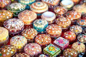 14215619-Varios-de-los-diferentes-cajas-de-joyas-de-colores-en-el-mercado-indio-Foto-de-archivo