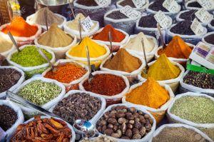 30728415-Especias-de-colores-de-la-India-en-el-mercado-de-pulgas-de-Anjuna-en-Goa-India-Foto-de-archivo