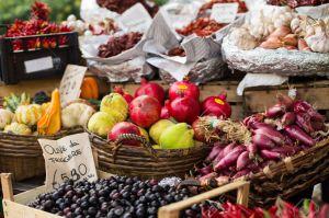 32342509-frutas-y-verduras-mercado-al-aire-libre-en-Italia-Foto-de-archivo