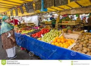 la-mujer-hace-compras-para-el-recién-hecho-en-el-mercado-del-bastille-en-parís-58386654