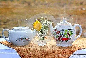 teteras-y-flores-blancas-38704490
