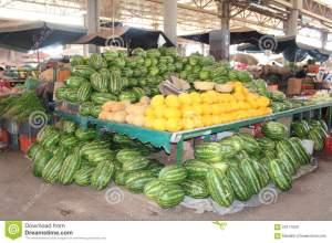 un-mercado-cubierto-en-agadir-marruecos-las-frutas-les-gusta-el-melón-y-de-la-sandía-en-el-primero-plano-59117639