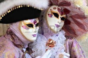 12473636-pareja-de-noble-y-elegante-enmascarado-en-terciopelo-y-vestidos-de-seda-el-cobre-subi-y-el-sombrero-