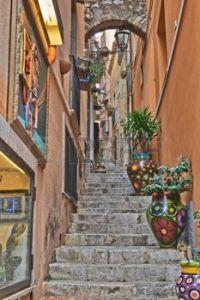 23132971-calle-taormina-lado-las-vistas-de-taormina-sicilia-italia