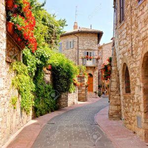 27064506-Calle-de-la-flor-forrado-en-la-ciudad-de-As-s-Italia-Foto-de-archivo