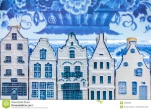 casas-azules-del-recuerdo-de-la-cerámica-de-delft-holandesa-delante-de-una-placa-vieja-33583286