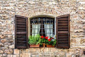 Italia-Umbria-Assissi-Ventanas-Flores-Asis