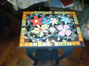mesa-de-madera-esquinera-mesitas-decoradas