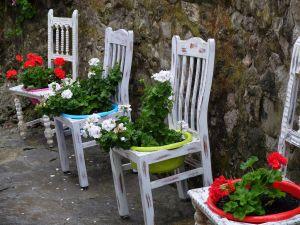 sillas y flores