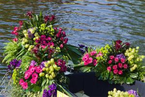 Virgen carmen y flores