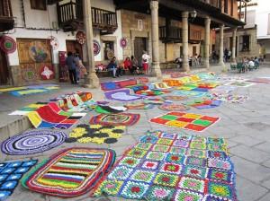 Toldos-decoración-Ganchillo-tejiendo-la-calle-en-Valverde-de-la-Vera-Cáceres-Extremadura.