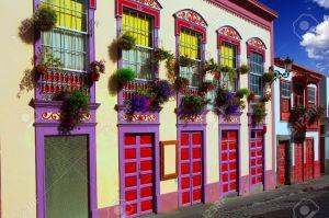 15427665-santa-cruz-de-la-palma-flores-fachadas-de-las-casas-coloniales-en-las-islas-canarias-foto-de-archivo