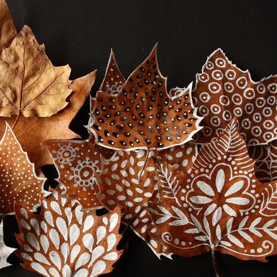 hojas secas decoradas creciendoentreflores